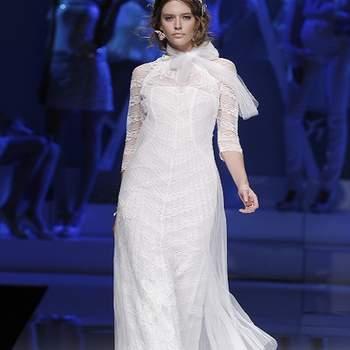 Robe de mariée Yolan Cris 2013 toute en fluidité. Un modèle chic et féminin. Photo : Barcelona Bridal Week