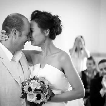 """Le mot du photographe : Christophe et Abby, couple de Hong Kong, se sont mariés en  août 2012 en petit comité dans un village du Val d'Oise. J'ai été très ému par l'intensité de leur passion. Après l'échange de consentement, Abby se serre en larme contre Christophe qui va maintenant partager sa vie !  A propos du photographe :  Thierry Seguin, est photographe depuis 10 ans, mari passionné depuis 21 ans et père de 2 charmantes filles. Il est membre du Groupement National de la Photographie Professionnelle, et de l'association internationale """"Fearless Photographers"""" (Photographes intrépides). Dans les reportages de mariage, il adore saisir les moments d'émotions et de joie, et restituer l'ambiance de l'évènement grâce à des images spontanées, prises sur le vif. Il propose également des séances couples dans des lieux magnifiques, où les amoureux exprimeront leur tendresse et complicité.  Si cette photo est selon vous, LA PLUS BELLE PHOTO DE MARIAGE, laissez un commentaire ci-dessous en indiquant le n°30"""