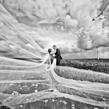 Kommentar des Fotografen: Foto eines Brautpaares, das mich im September 2012 auf Schloss Romrod gebucht hatte. Das Wetter war die gesamte Zeit nicht unbedingt gut. Regen, Wind etc. In einem Zeitrahmen von ca. 3 Minuten machten wir dann das Foto auf einer matschigen Wiese. Die Sonne kam kurz raus und da entstand dieses Foto und es hatte alles gestimmt. Danach schüttete es den gesamten Tag.  Mehr von Dennis Jagusiak unter www.dennisjagusiak.de.