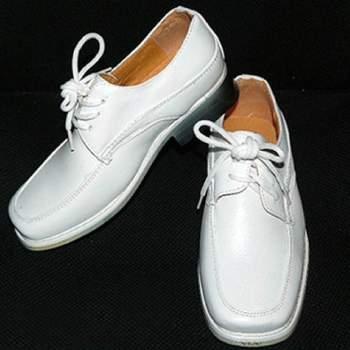 Chaussures de cérémonie Pierre pour petit garçon, synthétique et intérieur cuir. Crédit photo: Boutique Magique