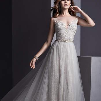 """Tule sobre renda romântica cria este vestido com decote impressionante adornado com apliques de renda. Um cinto de cristal Swarovski valoriza a cintura. Acabamento com botão de cristal sobre zíper invisível. <a href=""""http://www.sotteroandmidgley.com/dress.aspx?style=5SR104&amp;page=0&amp;pageSize=36&amp;keywordText=&amp;keywordType=All"""" target=""""_blank"""">Sottero and Midgley</a>"""