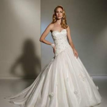 Élégante robe de mariée 2012, avec bustier, ornée de fleurs et perles en organdi pour les mariées. Vue de face. Crédit photo: Pour les mariées