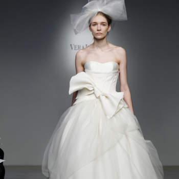 Vestido de noiva com laço na cintura.