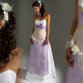Robe de mariée Elsa Gary 2012, modèle Gracieuse. La touche parme donne beaucoup de fraîcheur et de romantisme à cette robe ravissante. - Source : Elsa Gary