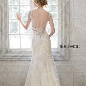 """Este delicado vestido femenino ofrece un exquisito encaje bordado de lentejuelas con roscado metálico y brillo. Cristales de Swarovski y perlas opalescentes impresionantes adornan las mangas y la parte posterior de este vestido de novia. Termina con botón de cristal sobre cierre de cremallera.  <a href=""""http://www.maggiesottero.com/dress.aspx?style=5MS077"""" target=""""_blank"""">Maggie Sottero Spring 2015</a>"""