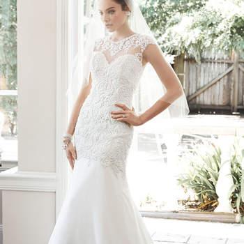 """Vestido de noiva discreto com corpete bordado, acentuado com cristal Swarovski e enfeites de pérola, e uma feminina saia de  chiffon. Termina com decote ilusão tipo coração e botões de pérola mais de feche com zíper.  <a href=""""http://www.maggiesottero.com/dress.aspx?style=5MT659"""" target=""""_blank"""">Maggie Sottero</a>"""