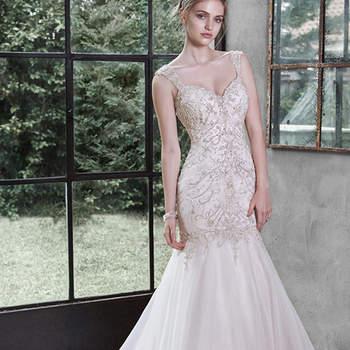 """Cintilantes cristais Swarovski, pérolas cintilantes e lantejoulas brilhantes decoram o corpete intrincado deste ajustado vestido de organza Chic, que termina em uma suave saia bem rodada.  Decote em V e alças, acabado com botões de cristal sobre o zíper e feche de elástico interior.   <a href=""""http://www.maggiesottero.com/dress.aspx?style=5MT652"""" target=""""_blank"""">Maggie Sottero</a>"""