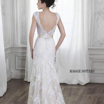 """Encajes y tul adornan este vestido de novia de corte A con dramático escote de espalda en V, adornado de manera opcional con correa de cinta en la cintura. Acabado con botones de cubierta sobre cierre de cremallera.  <a href=""""http://www.maggiesottero.com/dress.aspx?style=5MS015"""" target=""""_blank"""">Maggie Sottero Spring 2015</a>"""