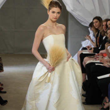 Robe bustier légèrement bicolore. Arabesques beiges sur fond blanc : une touche romantique pour cette robe de mariée Carolina Herrera 2013