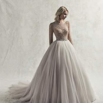 Este vestido de boda de corte princesa con mangas presenta un precioso busto de abalorios geométricos y cristales Swarovski.