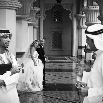 Le mot du photographe : Lors d'un mariage à Dubai au pied de Burg Al Arab, j'ai vu en l'espace d'un instant le potentiel que pouvait avoir cette image. Les 2 arabes volontairement flous en premier plan, ne se sont aperçus de rien tellement pris par leur discution. Ils ne sont pas  les sujets principaux mais leurs présences amènent toute la force de l'image dans un exotisme peu commun en Europe.    Si cette photo est selon vous, LA PLUS BELLE PHOTO DE MARIAGE, laissez un commentaire ci-dessous en indiquant le n°23