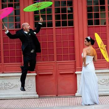«Num momento de descontracção no dia do casamento, o noivo salta e parece que vai voar, ao estilo de Mary Poppins! Adoramo a pose da menina das alianças, que foi surpreendida por este inesperado salto!»  r2arte.blog.com