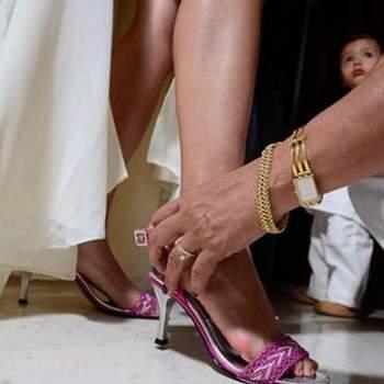 Sandalias para novia tacón mediano en color violeta.