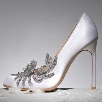 Talons aiguilles pour cette paire d'escarpins blancs Manolo Blahnik. Très joli détail apposé à l'avant de la chaussure, qui lui donne beaucoup de cachet. Source : Manolo Blahnik