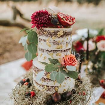 Os naked cakes continuam a ser uma opção de bolos de casamento muito procurada pelos noivos | Créditos: Rachel Lynn Photography