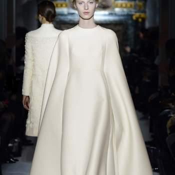 Siéntete como una princesa con este diseño de líneas rectas y larguísimas mangas. Foto: Valentino.