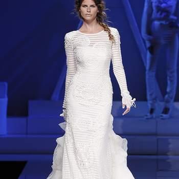 Robe longue à rayures, manches longues et coupe droite. Photo : Barcelona Bridal Week