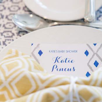 Papelería y servilletas con detalles geométricos mostaza. Credits: Maya Myers Photography