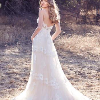 Der verspielte Stoffe wurde zu einem Brautkleid in A-Linie verarbeitet und die zarten Träger umspielen die Schultern der Trägerin sanft.