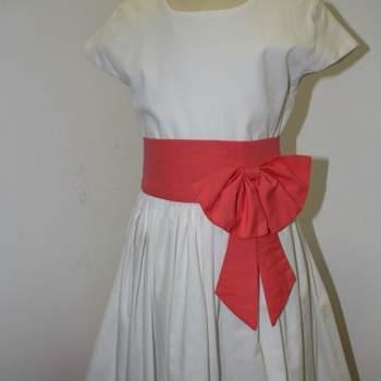 Ravissantes robe blanche et corail pour petite fille d'honneur.