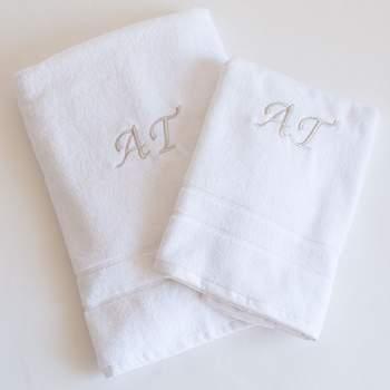 Jogo de toalhas com iniciais bordadas. Credits: Limonae