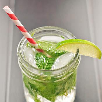 Y cómo no, un mojito. A todos los invitados les encantará, y además es una bebida ideal para refrescarse. Foto: acupofmai.