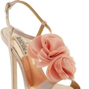 Sandales à talons Badgley Miscka avec roses sur le dessus du pied. Un modèle ravissant que l'on imagine parfaitement avec une robe courte.