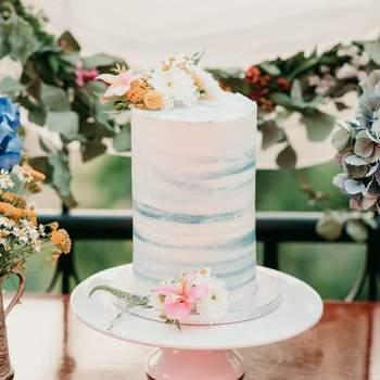 Os bolos de casamento simples são um charme, sobretudo quando lhes dão um toque de cor | Créditos: Açúcar À La Carte