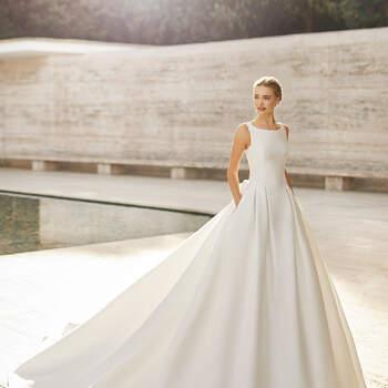 O modelo Elaine é ideal para noivas contemporâneas que sonham com um vestido clássico corte princesa. Com uma cor natural favorecedora, é tão romântico como elegante. | Rosa Clará Couture 2021