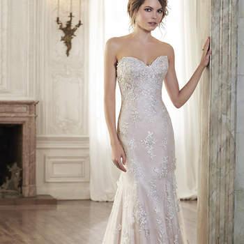 """En este vestido de novia se encuentra el romanticismo puro, ofrece un delicado escote corazón y adornos de encaje que adornan una sencilla falda de tul. Acabado con botón de cubierta sobre la cremallera y cierre elástico interior.  <a href=""""http://www.maggiesottero.com/dress.aspx?style=5MC082"""" target=""""_blank"""">Maggie Sottero Spring 2015</a>"""
