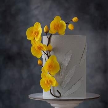 Foto: Anastasiya Tolstih - Pastel de boda elegante en tono gris con flores amarillas