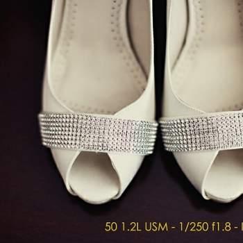 Chaussures peep-toe blanches avec son rectangle argenté prises par attitudefotografia.