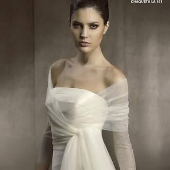 Sabemos que o vestido tomara que caia é um dos estilos preferidos das noivas. Mas se você quer algo mais discreto para a cerimônia, aposte em boleros e estolas, como estas de San Patrick, que além de charmosas, são elegantes.