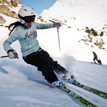 """Si a los novios les gusta esquiar, esta experiencia será seguramente uno de sus regalos favoritos.  Foto: <a href=""""https://www.zankyou.es/f/zonaregalocom-23780"""" target=""""_blank"""">Zonaregalo.com</a>"""