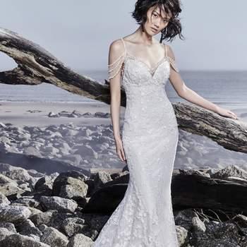 """<a href=""""https://www.maggiesottero.com/sottero-and-midgley/lynnis/11550"""">Maggie Sottero</a> <br> Des motifs de dentelle rêveurs décorent la dentelle de cette robe de mariée fourreau bohème, ornée d'une fausse traîne."""