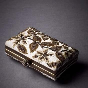 Tipo sobre con fondo en marfil y decorado con lentejuelas doradas evocando a la naturaleza, seda forro de poliéster de llevar en la mano.