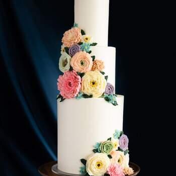 Foto: @thedessertstudioutah - Pastel de 3 psisos altos con flores hechas a mano