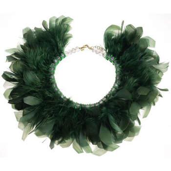 Collar tipo cuello formado por plumas. Credits: Casilda Finat