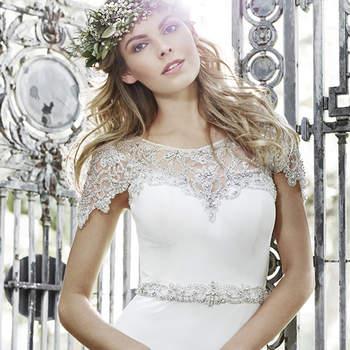 """Este vestido romántico bañado en glamour, cuenta con cristales Swarovski, de escote drapeado de cristal. Un escote corazón y el cinturón de cristal de Swarovski en la cintura para completar el look. Acabado con botón de cristal sobre cremallera de la espalda de cierre.  <a href=""""http://www.maggiesottero.com/dress.aspx?style=5HS160"""" target=""""_blank"""">Maggie Sottero Spring 2015</a>"""