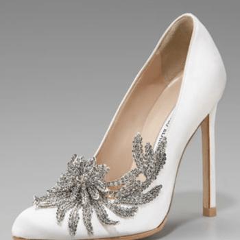 Escarpins blancs à hauts talons Manolo Blanik. De couleur blanche, la chaussure est accessoirisée à l'avant : effet bicolore très chic - Source : www.manoloblahnik.com