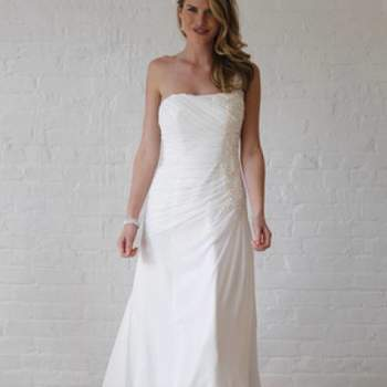 Robe bustier simple et chic. Crédit photo : Robe de mariée David´s Bridal 2013  New York Bridal Fashion Week, printemps 2013.