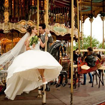 Le mot du photographe : Photo de couple sur un carousel au trocadero.  A propos du photographe : Olivier Prudhomme est photographe pour l'agence Pearl depuis 2008.  Si cette photo est selon vous, LA PLUS BELLE PHOTO DE MARIAGE, laissez un commentaire ci-dessous en indiquant le n°7