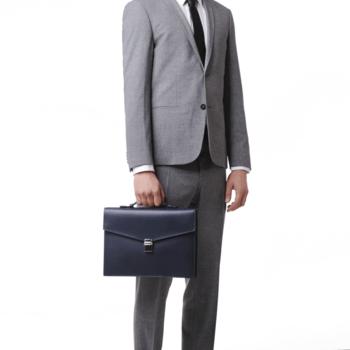 Maletín porta documentos en cuero azul/Créditos: Montblanc y G&G Joyeros