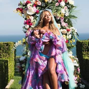 Beyoncé confirmou a chegada de seus filhos gêmeos com Jay-Z em grande estilo, com uma foto estilizada nas redes sociais. Os bebés Rumi e Sir, que nasceram em junho, renderam quase 10 milhões de gostos no Instagram da cantora. Foto via Instagram Beyoncé