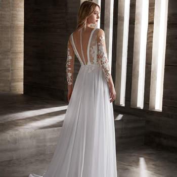 Vestido romántico que llama la atención pos sus aplicaciones de encaje combinadas con transparencias y bordados.