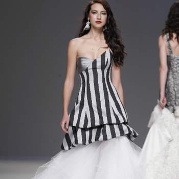 O estilista Jordi Dalmau apresentou a sua colecção de vestidos de noiva 2013 na Gaudí Novias como é habitual: com um verdadeiro espectáculo. Este ano, a grande novidade deste exuberante criador de moda nupcial é a cedência ao branco, apresentado alguns vestidos para noivas mais clássicas. Mas o resto... bem, é uma festa!
