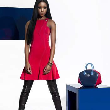 Abito rosso acceso con gonna drappeggiata di Versace. Foto: www.versace.com
