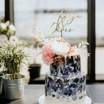 Foto: Etsy - Pastel de dos pisos con pintrua azul y detalles en dorado. Coronado con flores y cake topper