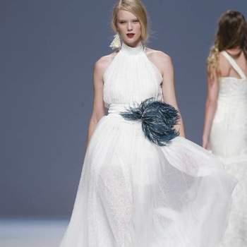 O estilista Jordi Dalmau apresentou a sua coleção de vestidos de noiva 2013 na Gaudí Novias como é habitual: com um verdadeiro espectáculo. Este ano, a grande novidade deste exuberante criador de moda nupcial é a cedência ao branco, apresentando alguns vestidos para noivas mais clássicas. Mas o resto… bem, o resto é uma festa divertida, alegre e exótica!