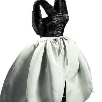 Robe courte blanche avec corsage noir. Modèle très féminin. Photo : Balenciaga